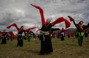 Tibetans perform for tourists. Source: Getty Images/Kevin Frayer